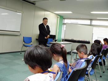 子供たちに講演をしている様子の写真