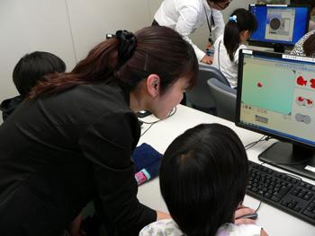 パソコン作業を体験している子供の様子の写真